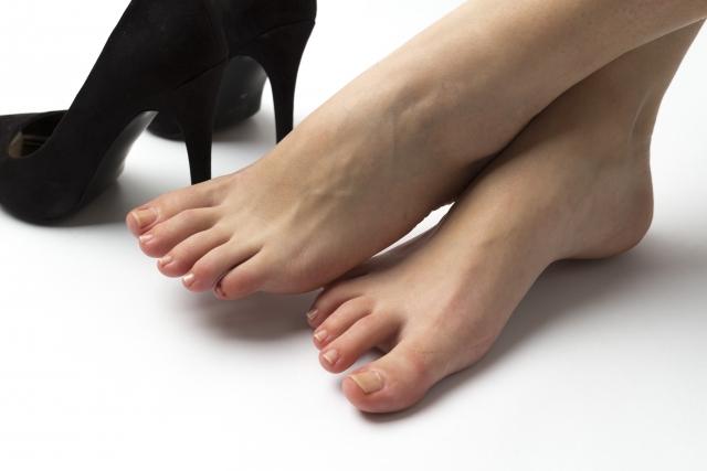美容師の腰痛の原因は背骨と足